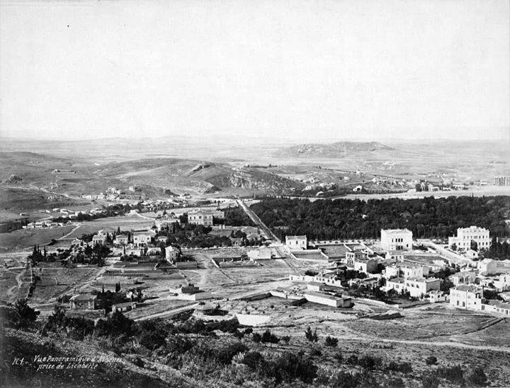 1874-86, Athens, Vasilikos kipos from LycabettusΗ λήψη έγινε από τον Λυκαβηττό την περίοδο 1874-86. Διακρίνεται ο βασιλικός κήπος, η Βασ.Σοφίας και η Ηρώδου Αττικού. Το Κολωνάκι δεν έχει ακόμα χτιστεί. Εντός του κήπου στη γωνία βρίσκεται το στρατόπεδο «Γεώργιος Τζαβέλας» που στεγάζει την Προεδρική Φρουρά. ...