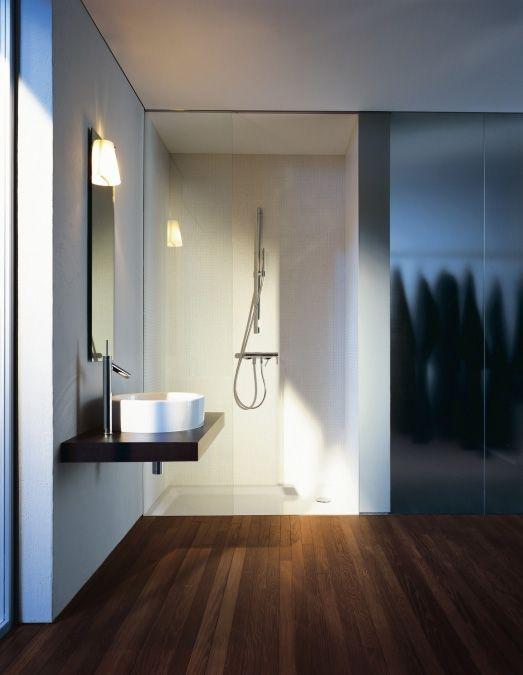 Accessoires, miroir, robinetterie de salle de bain Axor de Hansgrohe.
