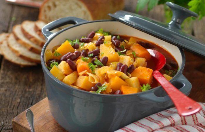 Mustig vegetarisk gryta med morötter, rotselleri, kålrot, potatis, pumpa och bönor. Servera den med en smaksatt crème fraiche eller fetaostdip och ett gott bröd.