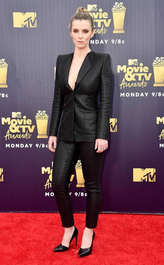 Betty Gilpin From Mtv Movie Tv Awards 2018 Red Carpet Fashion