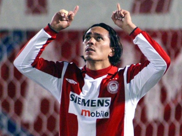 Giovanni Silva de Oliveira is one of the very best foreign football players that have ever played in Greece and Olympiakos..A great player with an outstanding scoring ability he was loved by the Olympiakos fans more than anyone else.Giovanni played in Barcelona FC from 1996-99 scoring in many crucial matches.In Olympiakos when he came in 1999 and for the next 4 years he was loved more than any other player and because of his great football skills the fans called him with the nickname…