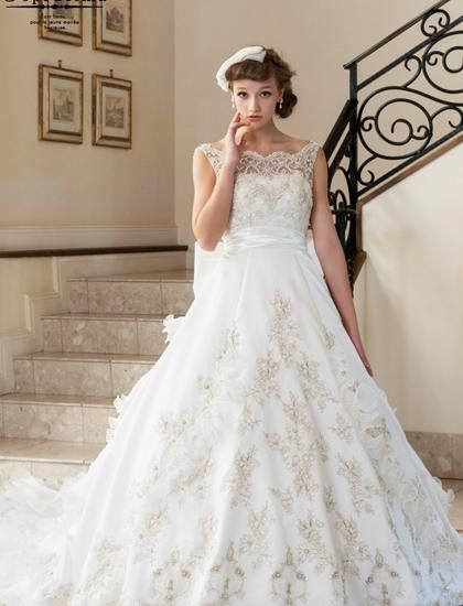 ゴールドの刺繍がドレスの格調をさらに高めるクラシカルなドレス♪ ♡クラシカルな花嫁衣装ウェディングドレスまとめ参考一覧♡