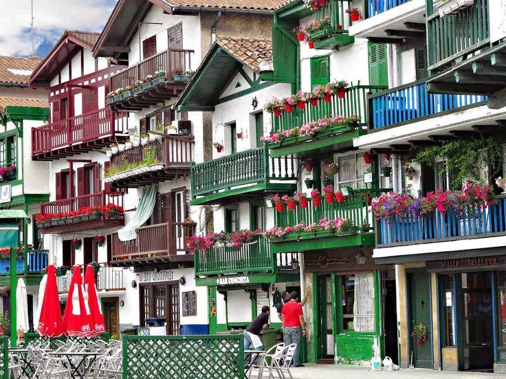 HONDARRIBIA. Hondarribia se sitúa en el País Vasco, frente a la gran desembocadura del Bidasoa, a pocos kilómetro… | Los pueblos más bonitos de España. en 2019 | País vasco, España y Paisajes de españa
