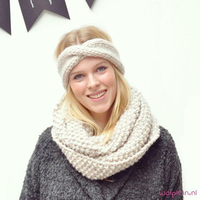 Kijk onze Elianne eens stralen! Ze breide deze hippe col + hoofdband, bekijk het patroon op de Wolplein blog. Heb jij je zelfgemaakte sjaal al om? #breien #breienisleuk #breipatroon #wolplein #knitting #winter #diy