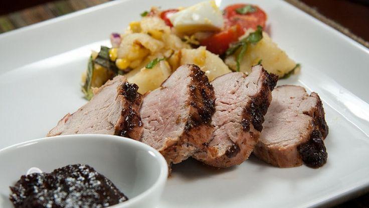 Filetto di maiale alla griglia con glassa di prugne e slivovitz: ricetta e dosi. http://winedharma.com/it/dharmag/settembre-2014/filetto-di-maiale-alla-griglia-con-glassa-di-prugne-e-grappa-slivovitz