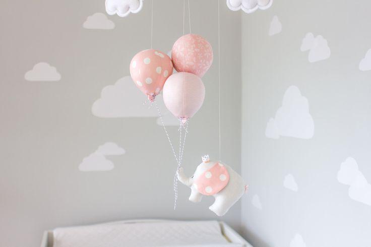Ein wenig Reisen Elefant schweben Abenteuer weit hängend auf 3 kleine Luftballons. Eine perfekte Ergänzung zu Ihrer Reise oder Zirkus Thema Kinderzimmer Dekor. Der kleine Elefant und Luftballons sind alle handgefertigt aus Stoff und aufgereiht auf einem hölzernen Dübel mit eindeutige Zeichenfolge. Fertig mit zwei kleinen Wolken und oberen Ammer Flaggen. Die kleinen Wolken können personalisiert werden, mit einem Namen oder eine kurze saying.* (siehe Anmerkung unten)  Messungen sind insgesamt…