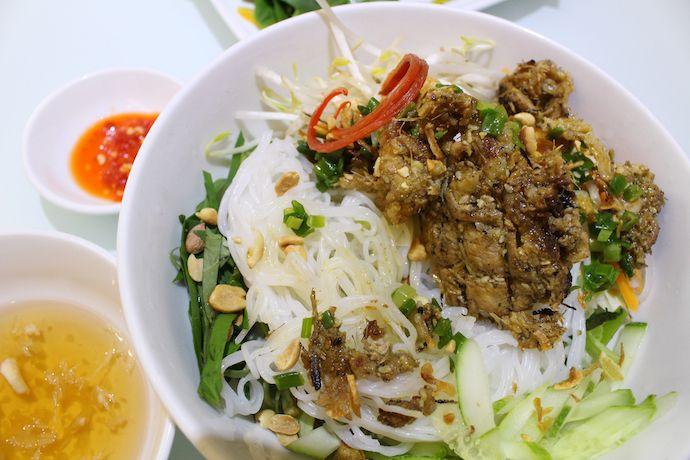 """▼関連記事はこちら パクチーや辛い料理が苦手でも楽しめる!タイの絶品グルメ5選 ビール好きにはたまらない!東南アジアの極楽ビール生活事情 フルーツ天国アジア!不思議な果物とその食べ方に注目   「ベトナムの麺料理といえば?」と聞かれると、大半の人は真っ先に「フォー」を思いつくことでしょう。白い平麺と透き通るスープ、そこに添えられているパクチーはエスニック料理の象徴として、ガイドブックでも名物として取り上げられています。しかし、現地に行くと分かるのが、「実はベトナム人にとってはフォーよりも""""ブン""""と呼ばれる麺が主に食べられている」ということ。同じ米粉を原料にした麺ですが、ベトナム人にとって国民食と呼べるのはフォーではなくブンなのです。今回はブンの概要と一押し料理をご紹介します。  原料、見た目、食べ方が違う!フォーとブンの違いとは…"""