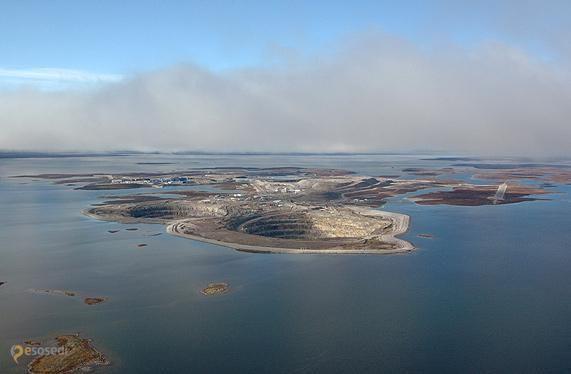 Алмазный карьер Дьявик – #Канада #Северо_Западные_территории (#CA_NT) Канадский алмазный карьер Дьявик - одна из самых больших дыр на Земле, причем практически посреди океана. Самая дорогостоящая аллотропная модификация углерода здесь добывается с 2003 года. http://ru.esosedi.org/CA/NT/1000064444/almaznyiy_karer_dyavik/