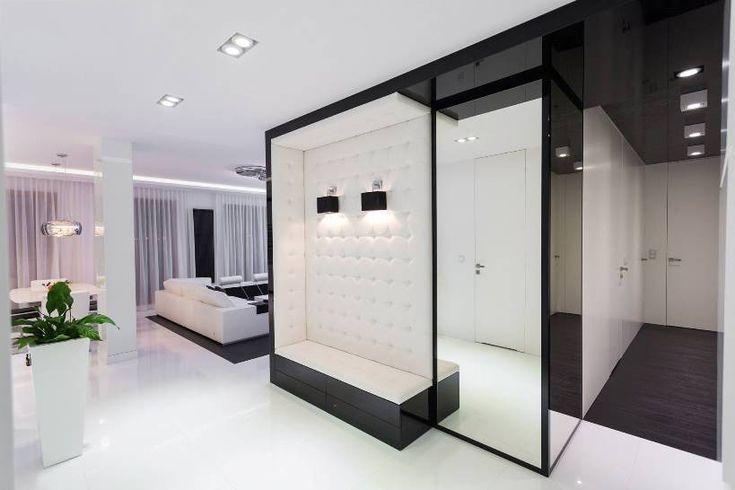 Прихожая хай-тек: секреты создания современной и функциональной входной зоны http://happymodern.ru/prixozhaya-xaj-tek/ Глянцевая черно-белая прихожая в просторных апартаментах