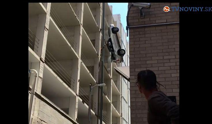 Vypadol s autom z deviateho poschodia garáži, náprava sa našťastie zachytila o drôty.