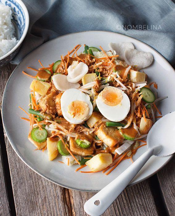 Gado gado is een Indonesisch groenten gerecht. Het betekend letterlijk mix mix en bestaat uit mengeling van groenten met pindasaus.