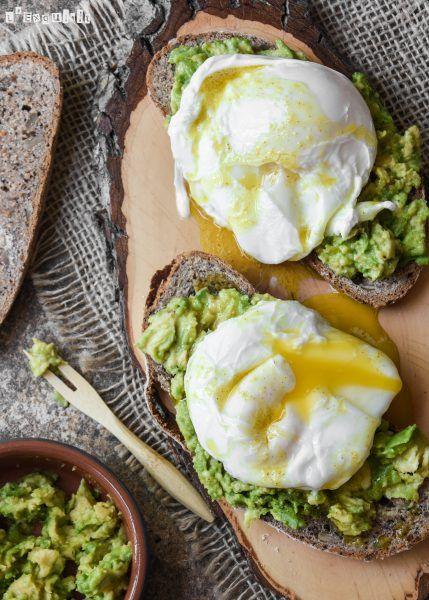 Tostada con aguacate y huevo poché