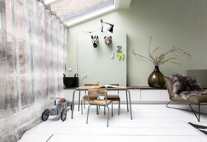 Een lange lage opbergkast over de gehele lengte van de woning. De verwarming weggewerkt en geschilderd met schoolbordverf in dezelfde kleur als de wanden. Zo creëer je rust in de ruimte.