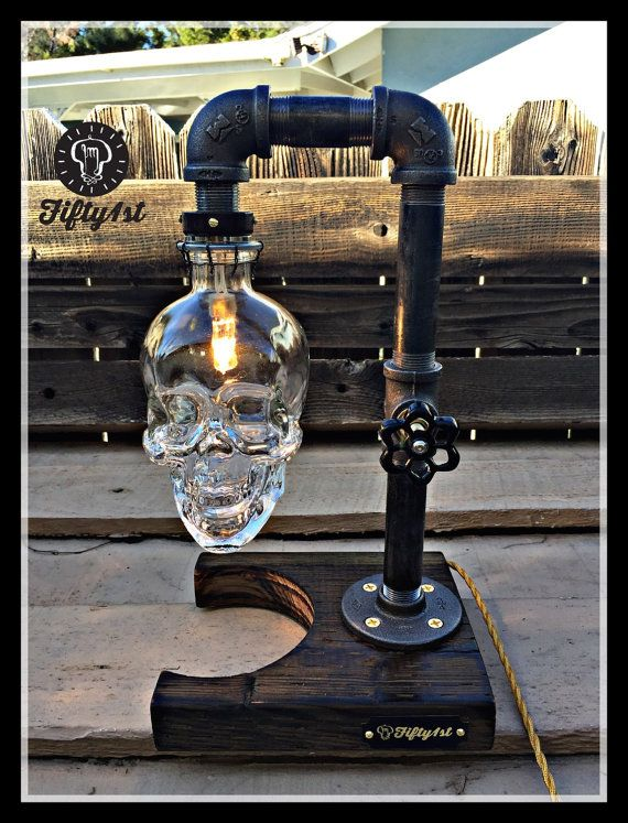 De Fifty1st viene otra pieza de Max. Esta lámpara de mesa cuenta con una base de madera reciclada, robar construcción de tubería, un pequeño pero potentes lámparas halógenas, impresionante reciclado botellas de Vodka de cráneo y y un completamente funcional atenuador de la válvula de agua!  Características: • Reciclado madera sólida base • Robo de tuberías bulbo de halógeno de Xeon • 40 vatios (incluida) • 3/4 de agua de latón atenuador encendido de la válvula de cierre interruptor. • La…