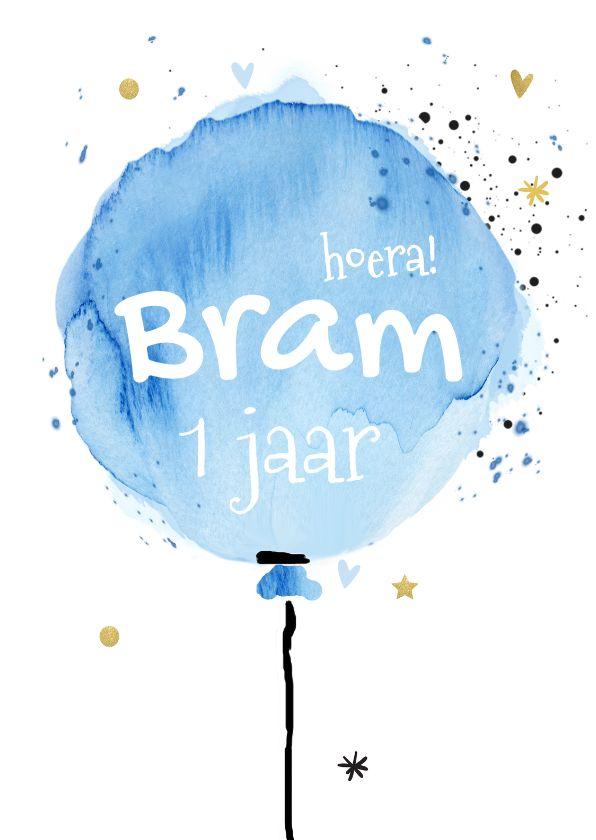 Feestelijke uitnodigingskaart voor eerste verjaardag jongen! Met blauwe watercolor ballon en goud  gekleurde dots, sterren en hartjes. Deze kaart verkrijgbaar bij #kaartje2go voor €1,89
