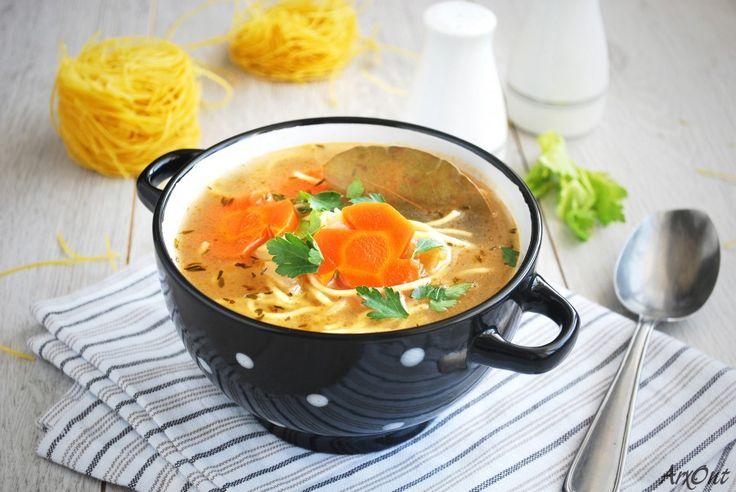 Вегетарианский суп с лапшой -   Vegetarian noodle soup  Классический куриный суп с лапшой популярен практически во всех странах мира, лишь небольшие изменения типа специй и трав привносятся тем или иным народом. Это - эталон уютной, домашней еды. Согревающий суп не только