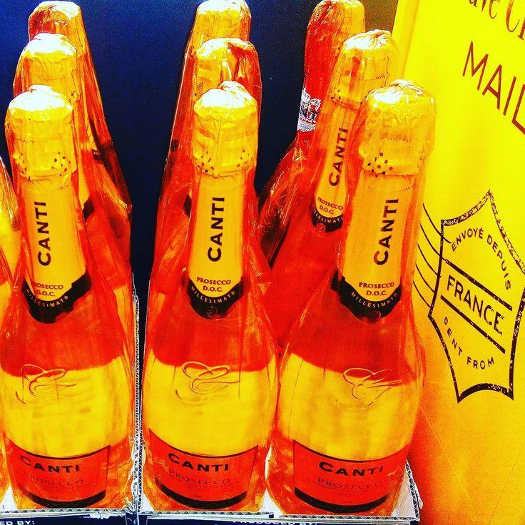 """Молодое игристое виноProseccoявляется ярким представителем линейки """"Canti Sparkling"""", задуманной как коллекция вин для гармоничного сопровождения торжеств и праздников, наполненных весельем и радостью. Классический строгий стиль этого итальянского вина дополнен волнующими, мелкими, искрометными пузырьками. Виноград сорта Глера для создания этого сухого игристого вина собран с участков, расположенных в регионе Венето и тщательно отобран опытными специалистами. Строгий дизайн бутылки отражает…"""