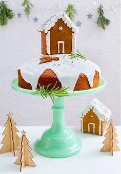 Der Spekulatius-Kirsch-Kuchen hat sich mit viel Zuckerguss und Lebkuchenhaus herausgeputzt.