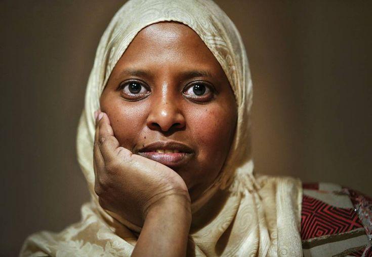"""Fatuma, víctima de la ablación cuenta su lucha La joven sufrió la mutilación genital de niña y dedica su vida a acabar con esta herencia que pasa de madres a hijas. 'Twahara' es el nombre que recibe la ablación en la tribu somalí de Fatuma. """"Significa limpieza"""" comenta esta activista africana. """"Para las mujeres de mi pueblo es el máximo símbolo que representa a la mujer: su virginidad"""". A ella y a su hermana les practicaron la ablación genital a los ocho años."""