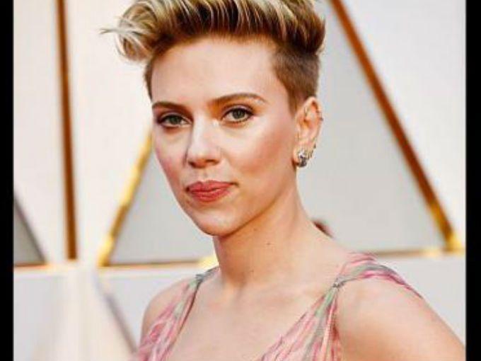 La alfombra roja es el momento perfecto para hacerles preguntas a los actores, actrices y directores. Sin embargo, pareciera que la conversación siempre gira en torno a qué vestido están usando las mujeres.Scarlett Johansson está harta de que siempre le hagan las mismas preguntas y por eso nunca se queda callada cuando algo le molesta.