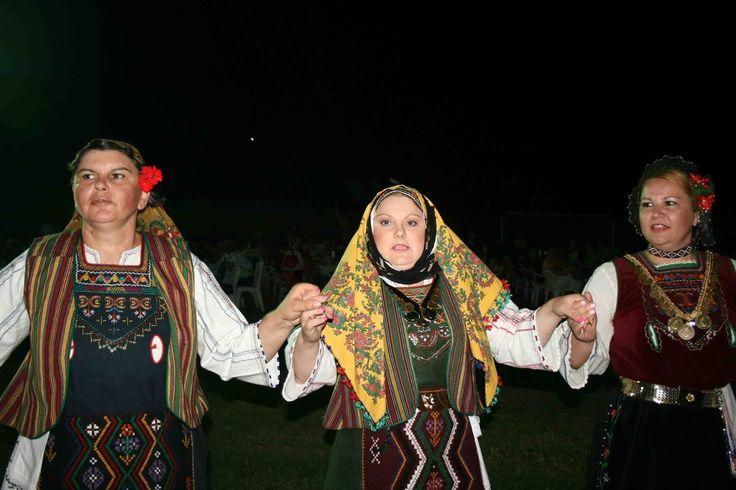 Χορευτικό Συγκρότημα Πολιτιστικού Σύλλογος Νέων Πενταλόφου Τριγώνου Ορεστιάδος στο Φεστιβάλ Γκάιντας 2013 [Παραδοσιακή φορεσιά  http://voreasmagazin.blogspot.sg/2013/08/blog-post_8957.html]