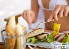 У худеющих под рукой должен быть такой список: 1. Низкокалорийные продукты: Помидоры, огурцы, грибы, белая нежирная рыба, цитрусовые. 2. Сытные продукты: Овсяные хлопья, макароны из твердых сортов пшеницы, фасоль, цельно зерновой хлеб, яблоки. 3. Продукты, не провоцирующие скачки сахара в крови: Обезжиренное молоко, чечевица, грибы, ягоды, салатные листья. 4. Продукты с пониженным содержанием жира: Нежирный творог, куриные субпродукты, морепродукты, окунь, тунец. 5. Продукты, которые…