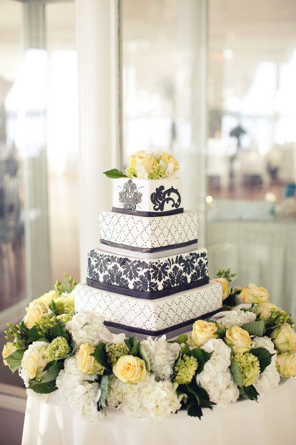 B/W very elegant wedding cake