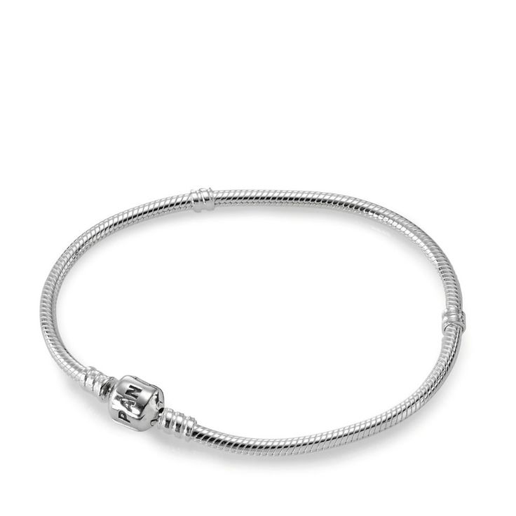 Ce bracelet à charms est le plus plébiscité des bracelets PANDORA. Son fermoir cliquet en argent 925/1000e garantira un maintien sûr de vos charms sans en perdre un seul. Grâce au système de filetage PANDORA, vos charms se glissent sur votre bracelet sans difficulté.