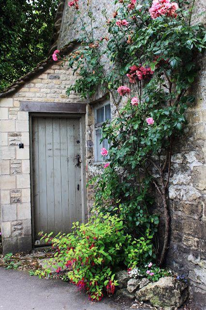 charming cottage door: Back Doors, Stones Wall, English Gardens, Climbing Roses, Stones Houses, Gardens Doors, Cottages, Side Doors, Flower