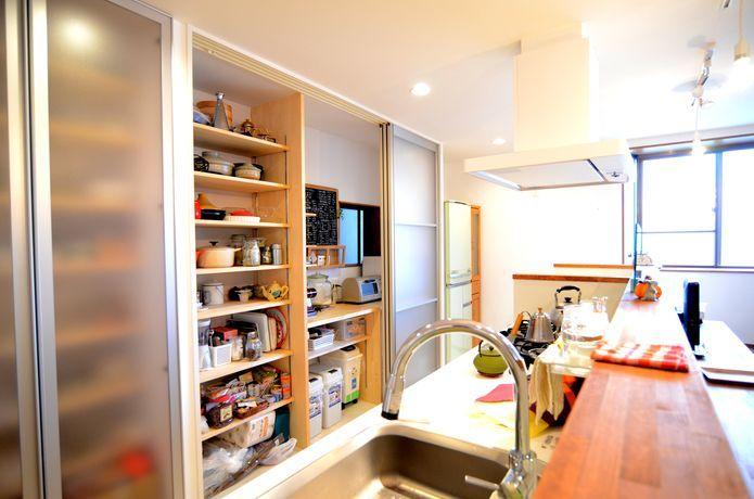 キッチンには背面収納を設置して収納力抜群!【リノベ暮らしな人々】 アンティーク家具が集うカフェ風リノベーション