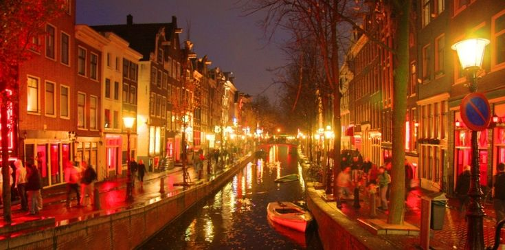 Oudezijds Achterburgwal: il cuore del Red District di Amsterdam