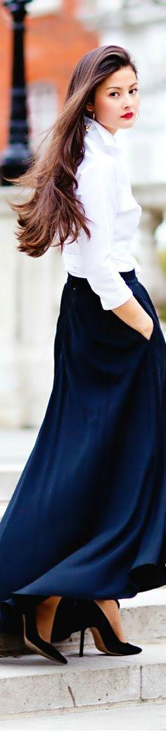 Comment porter des escarpins avec une jupe longue? C'est ici: https://one-mum-show.fr/escarpins/ #chemiseblanche #jupelonguebleue #escarpins