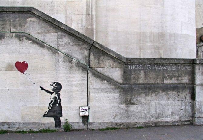 La Petite fille qui tend le bras vers son ballon rouge en forme de cœur qui s'envole est l'une des œuvres maîtres de l'artiste urbain britannique Banksy.