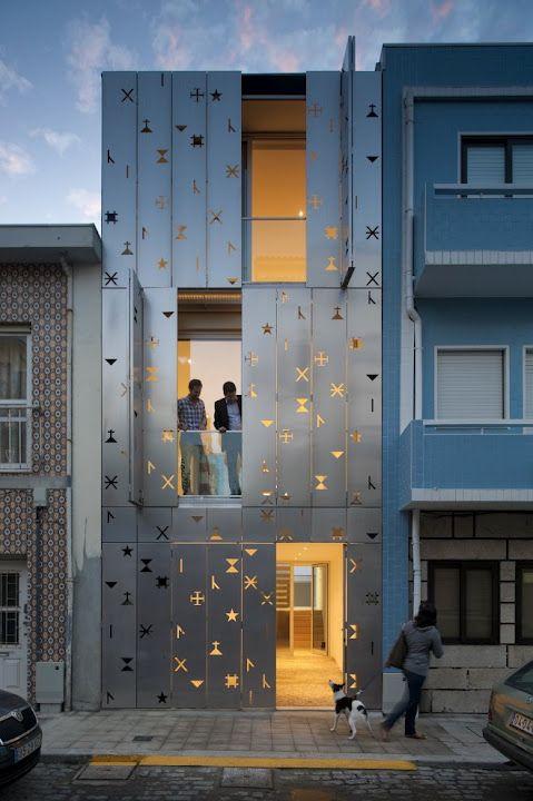 Falsa fachada de láminas metálicas perforadas mediante dibujos y signos. Muy original!