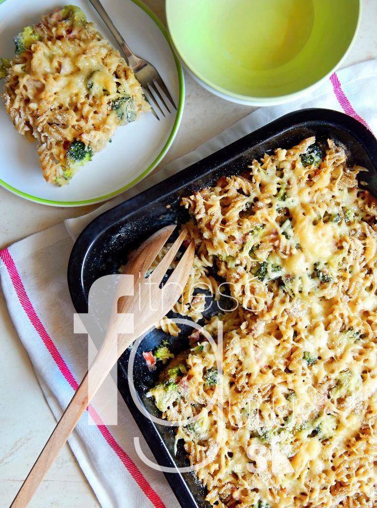 Zapečené těstoviny s brokolicí, sýrem a prosciuttem