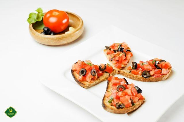 Felii de pâine neagră prăjite, cărora li se dă savoare cu usturoi, ulei de măsline, sare şi piper, în varianta cu roşii, măsline şi busuioc sau pătrunjel, bruschetele sunt un preparat specific Italiei...care n-are nici urmă de bruscheţe, dimpotrivă. Pot fi consumate ca aperitiv sau ca gustare. Fie una, fie alta, aceste bruschete vegane, aşadar de post, sunt o alegere simplă, dar cu valoare...nutritivă, datorată mai ales măslinelor. Poftă bună şi post terapeutic, trupeşte şi sufleteşte.