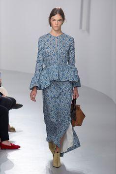 Guarda la sfilata di moda Loewe a Parigi e scopri la collezione di abiti e accessori per la stagione Collezioni Primavera Estate 2018.