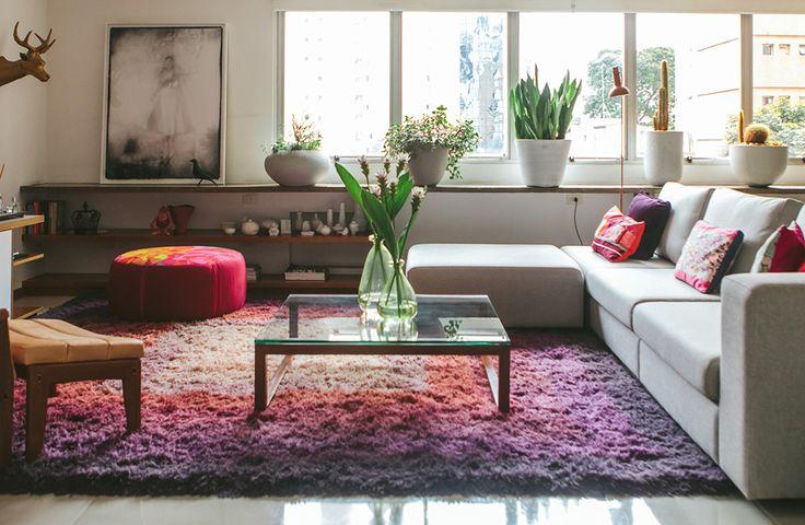Um apê jovem, colorido e iluminado.  Veja o ambiente completo em www.historiasdecasa.com.br #todacasatemumahistoria #interiordesign #decoração