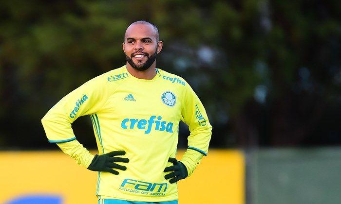Sem espaço atualmente no Palmeiras, o atacante Alecsandro esta perto de acertar com o Bahia para a sequência dessa temporada 2017.