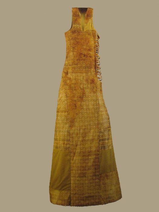 Saya of Leonor (Eleanor) of Castile, 1244.  Silk fibers and yarns gimped gold. Burgos Museum.