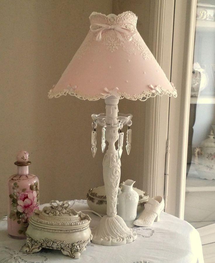 LAMPE  EN BRONZE  PATINÉE IVOIRE ET SON ABAT JOUR EN SOIE SAUVAGE ET DENTELLE