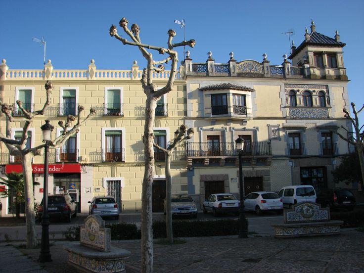 La Plaza Mayor de El Puente del Arzobispo, pueblo toledano de bellísima cerámica, entrada a Extremadura en la Ruta a Guadalupe.