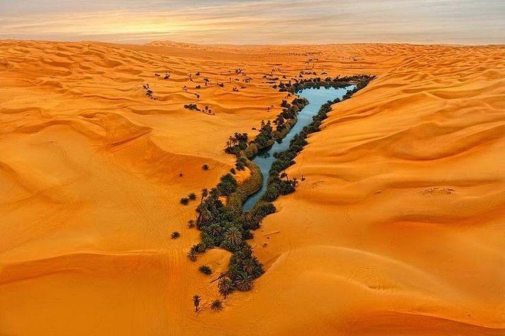 Splendeur de Libye : le lac Umm el Maa! Terre – Beauté : L'erg d'Oubari est une vaste zone de hautes dunes de sable dans la région du Fezzan au sud-ouest de la Libye.  Cette terre est sculptée par des dunes magnifiques qui ressemblent de loin aux vagues d'une mer agitée.  Cette mer de sable est trouée par trois lacs :  le Mafo, le Gabraoun et le plus beau de tous l'Umm el Maa qui sont toujours alimentés. Pcture: Ouma al Maa Lake.