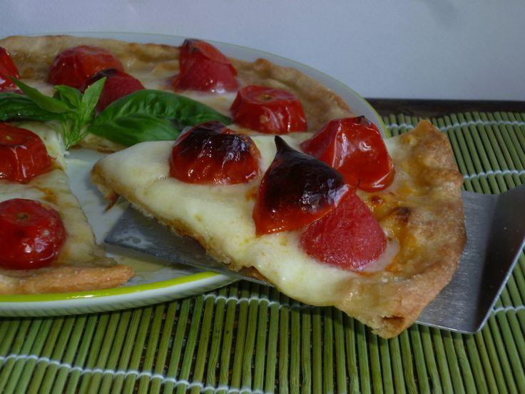 la pizza margherita senza lievito, è ideale per chi ha problemi con i lieviti ed anche per chi ha poco tempo, con pomodorini e mozzarella una vera delizia!!