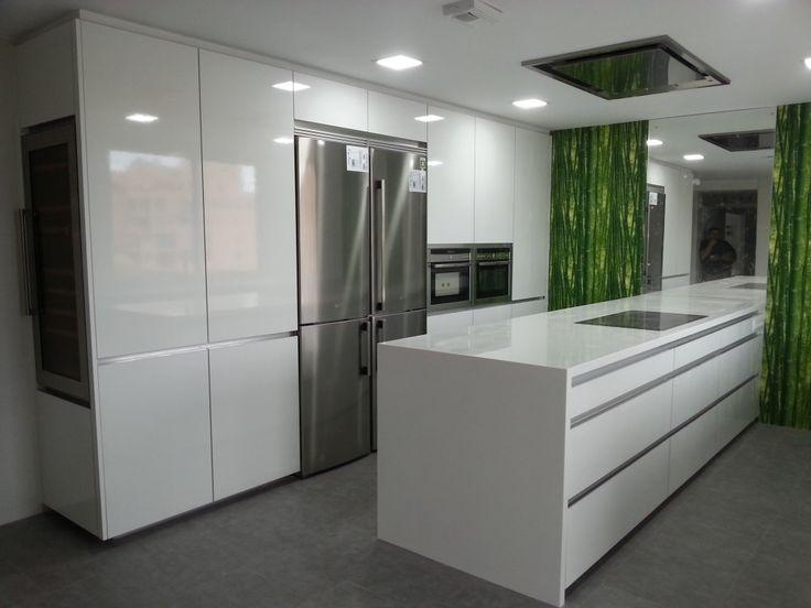Cocina de diseño con isla blanca y campana en techo