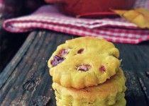 Biscottini all'olio con curcuma, cipolla rossa e pepe