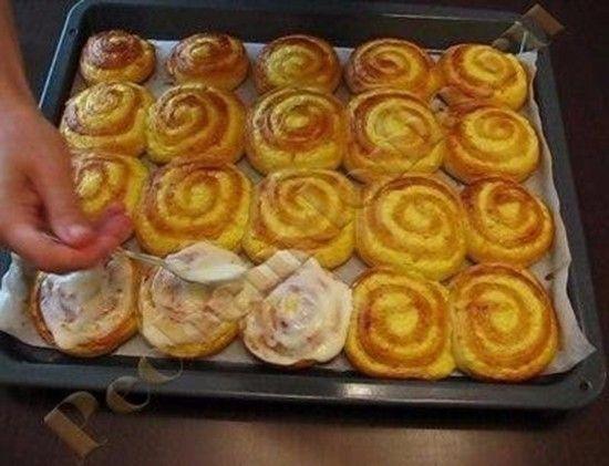 Kynuté těsto, tvarohová nádivka = pečivo k snídani, na svačinu nebo na večeři. Dobrou chuť!