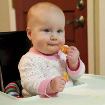 El vídeo de una madre que enseña cómo introducir los alimentos sólidos en la dieta del bebé