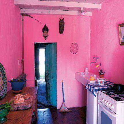 Une cuisine méditerranéenne rose flashy