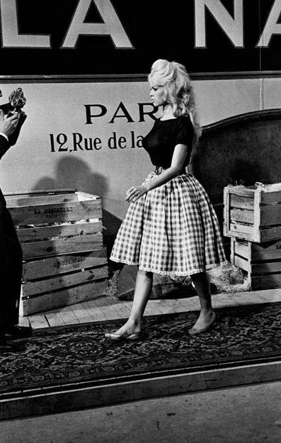 1959, Brigitte Bardot Mais la période des seventies sonne aussi le recul du traditionalisme et l'arrivée de l'émancipation sexuelle. Le graphisme « rural » est alors mis au placard et ne fera son grand retour que vingt ans plus tard.  Après les stars, ce sont les podiums de mode et les super top-modèles des années 90 qui remettent au goût du jour la toile de napperon.